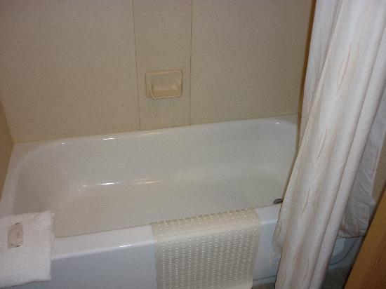 Comfort Suites Airport: Tub with clean bath mat, waterpik shower head