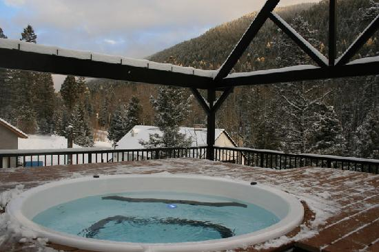 Columbine Inn & Conference Center: Outdoor Hot Tub Winter