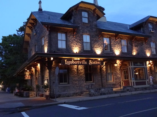 Lambertville Station Restaurant: Restaurant at night