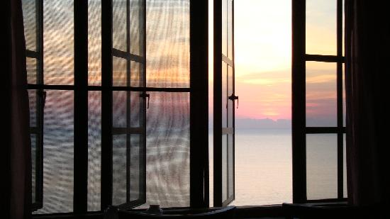 A Villa Gail: Sunrise from the bed