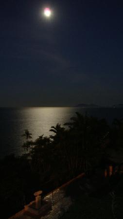 A Villa Gail: Moon over the sea