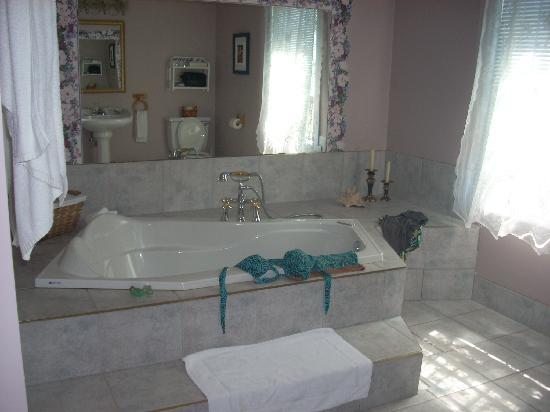 Auberge Aux Quatre Matins: Immense salle de bain!