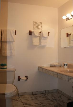 Columbine Inn & Conference Center: King Deluxe Bath