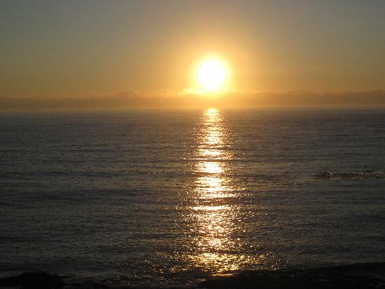Trollers Lodge: Sunset from Depoe Bay in town