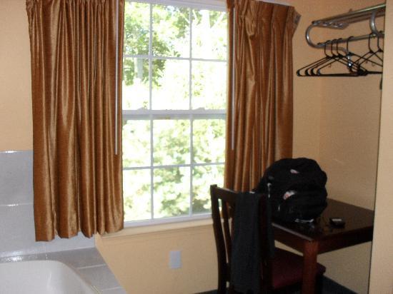Relax Inn: Big bright windows