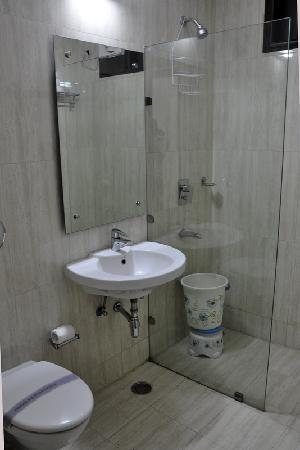 Hotel Sohi Residency: Bath Room