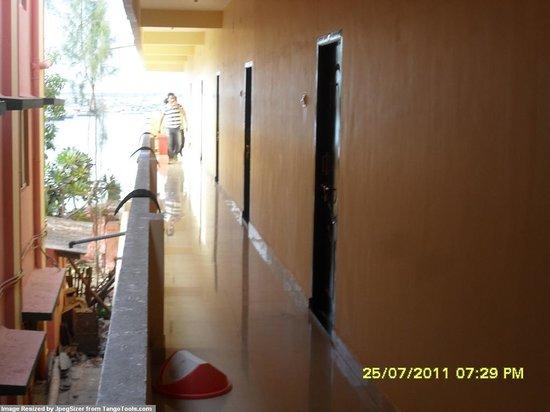 Hotel Ambika Lodge: rooms off verandah,