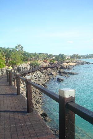Airlie Beach Lagoon: The walk to the marina