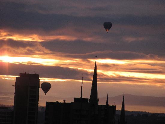 Adina Apartment Hotel Melbourne: View from Medina Grand Apartment Queen Street - Hot Air Balloons over Melbourne City