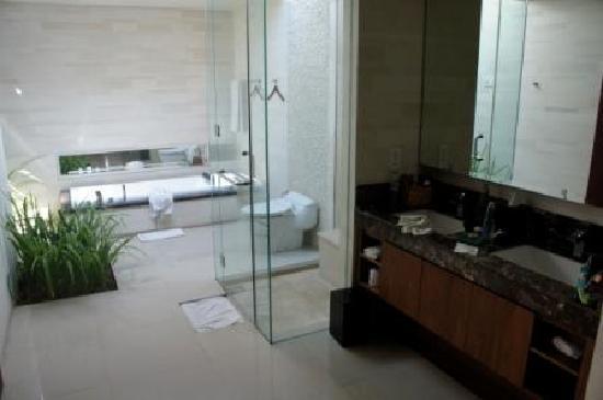 Pradha Villas: Large open air, clean bathroom