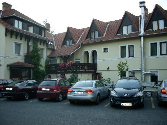 Revesz Hotel and Rosa Spa : Parking