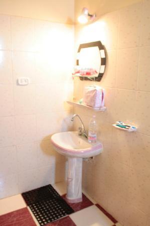 Dahab Plaza Hotel: bagno,lavandino, camera n.101