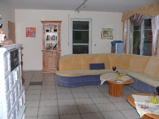 Beauty Cottage : Aufenthalsraum mit abgetragenem Sofa