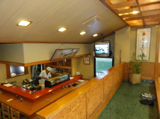 Asagiya: 食事処はカウンターと海が見える座敷