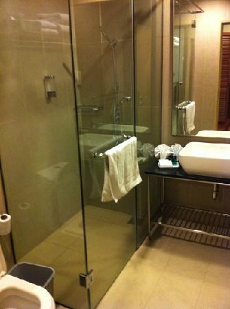 Belum Rainforest Resort: Spotless, modern bathroom!