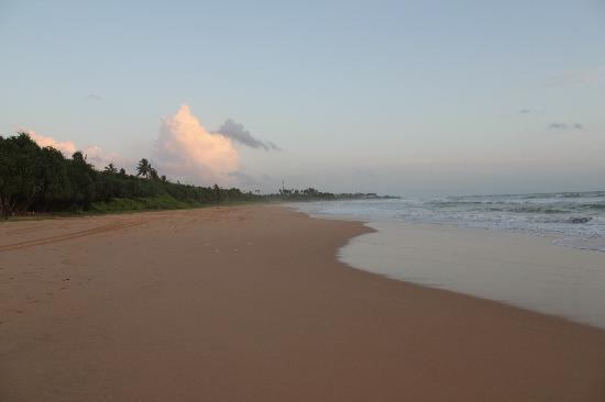 Sri Budhasa Ayurveda Resort: Beach in front of the hotel