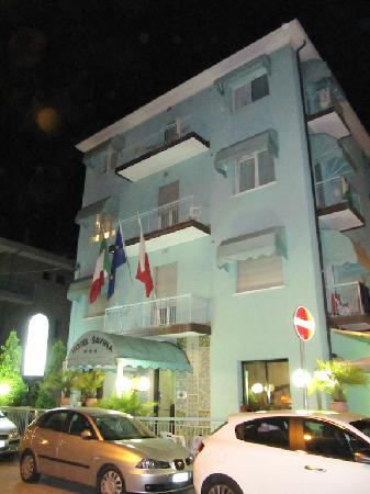 Hotel Savina: Vista frontale notturna