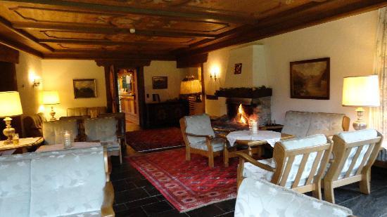 Alm- & Wellnesshotel Alpenhof: Salon with fire place