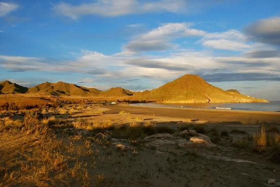 El Cabo de Gata, Espagne : Playa de Los Genoves is one of the most beautiful beaches accessible via a dirt road from San Jo