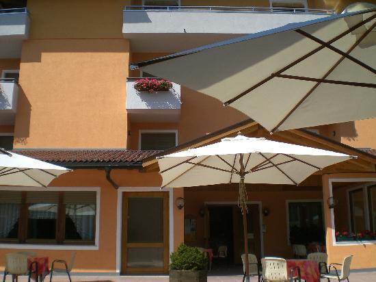 Hotel Al Larice: La terrazza davanti all'albergo