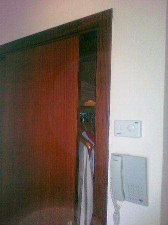 The Sea Hotel by Grupotel: 08/011 Armadio vestiti ante scorrevoli fanno rumore perche' sbattono