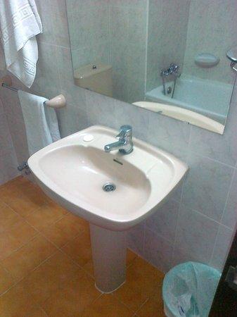 The Sea Hotel by Grupotel: 08/011 bagno molto datato e trascurato