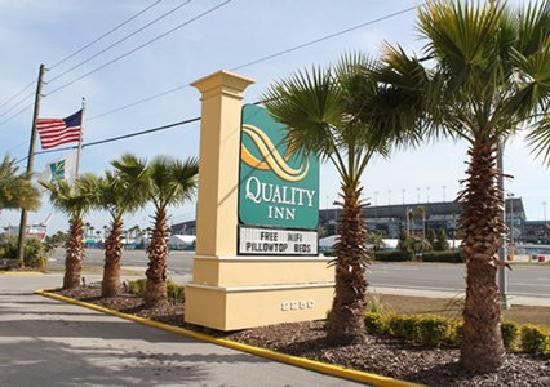 Quality Inn Daytona Speedway: Directly across from Daytona Speedway