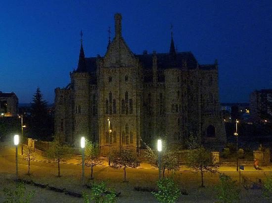 Gaudi Hotel Astorga: Gaudi's amazing Episcopal Palace, opposite Hotel Gaudi, is very quiet at night.