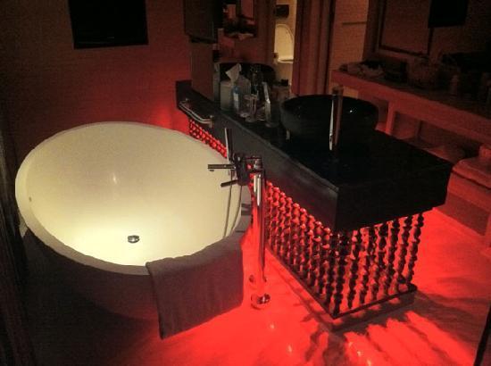 W Retreat Koh Samui: Bathroom in Red
