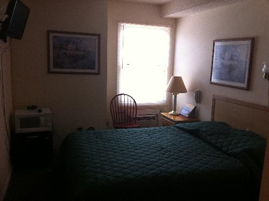 Summer Place Hotel: Full bed room with TV, frig, microwave