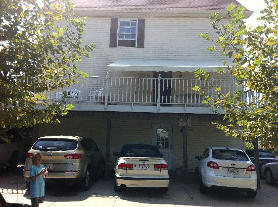 Summer Place Hotel: 5$ parking under awning & 2nd fl. porch