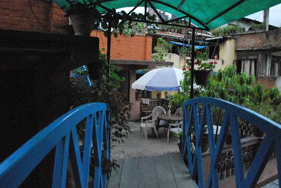 Kathmandu Resort Hotel: bridge towards the restaurant