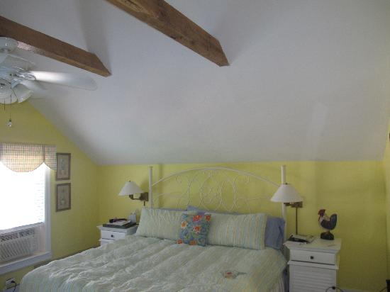 Glen Arbor Bed and Breakfast and Cottages : King Bed - Sleeeping Bear Suite