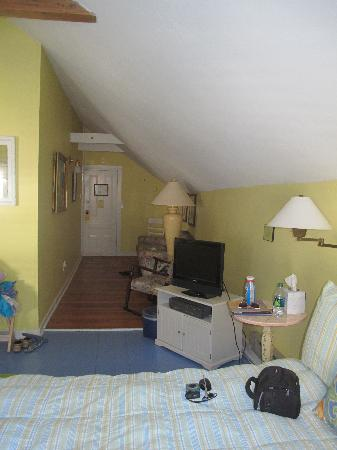 Glen Arbor Bed and Breakfast and Cottages : Queen bed and entry area - Sleeping Bear Suite