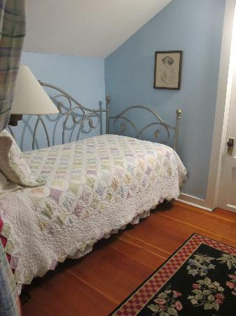 Glen Arbor Bed & Breakfast and Cottages : Daybed and large closet area, leads to large bathroom