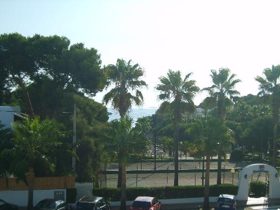 Hotel Rocamarina: View from sun deck area to beach