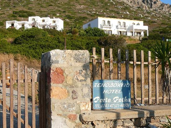 Telendos, Grecia: Hotel seen from the street (hotel on the right, studios on the left)