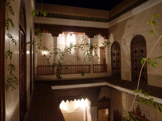 Riad Dar Zahia : night patio