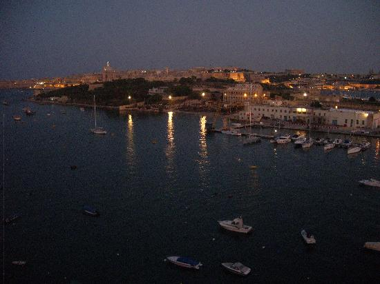 The Waterfront Hotel : Sea view by night