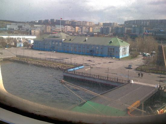 Park Inn by Radisson Poliarnie Zori Hotel: View from ship back up hill toward Murmansk