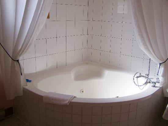 Homeport Motel: whirlpool tub in family suite