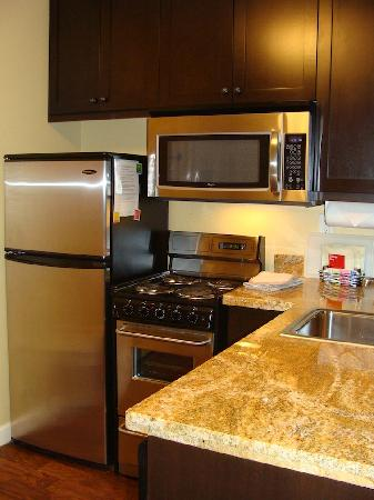 TownePlace Suites Farmington: Kitchen in 2BR suite