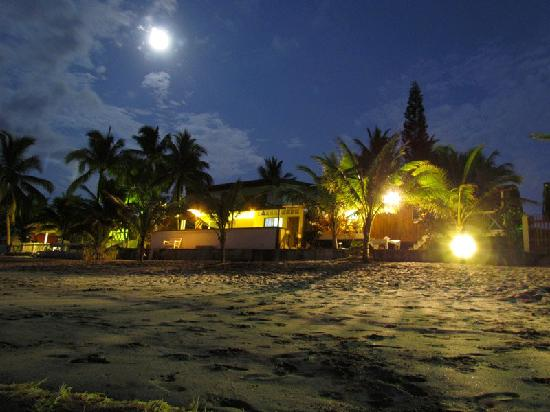 Same, Équateur : A view of Cabañas Isla del Sol at night.