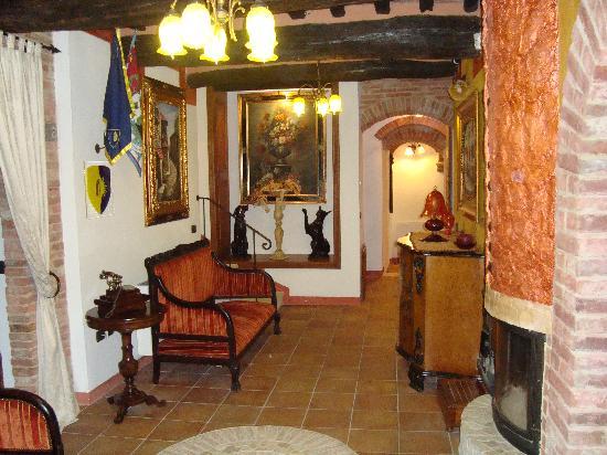 Antica Dimora Le Contrade: Seating area in Breakfast Room