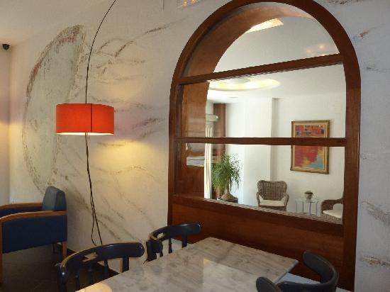 Carmen Hotel: Recepcion desde sala desayunos