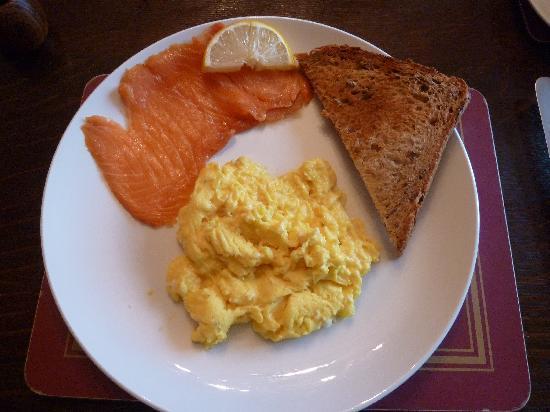 هوثورن هاوس: Smoked salmon from local smoke house and scrambled free-range egg.