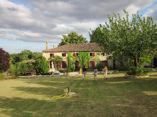 Rimons, Francja: the rear yard at La Petite Source