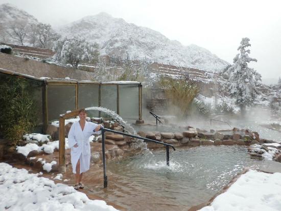 Hotel & Spa Termas Cacheuta: Nieve en piletas termales