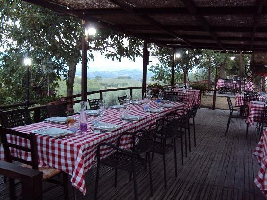 Agriturismo il Corbezzolo: La zona ristorante all'aperto