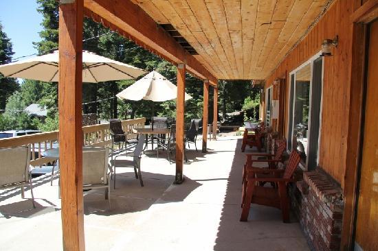 Cedar Glen Lodge: patio area
